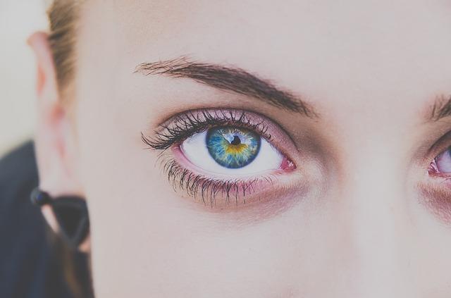 Occhio che batte: sintomi, cause, trattamenti e rimedi naturali
