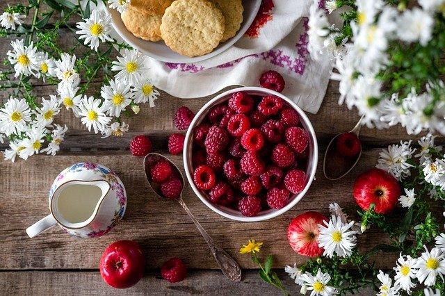 Nutrirsi per essere in forma: ecco quali cibi assumere ed evitare per stare bene